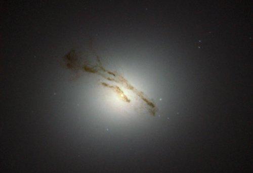 Телескоп «Хаббл» сфотографировал гигантскую галактику М84