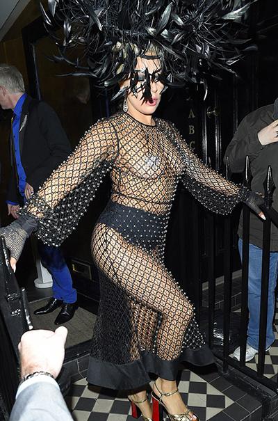 Леди Гага накануне свадьбы вышла в свет в платье в крупную сетку на обнаженное тело