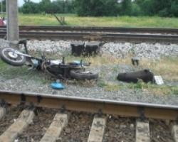 Под Златоустом  мотоциклист врезался в поезд