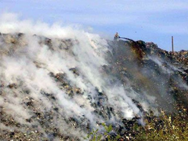 В Златоусте продолжает гореть местная свалка